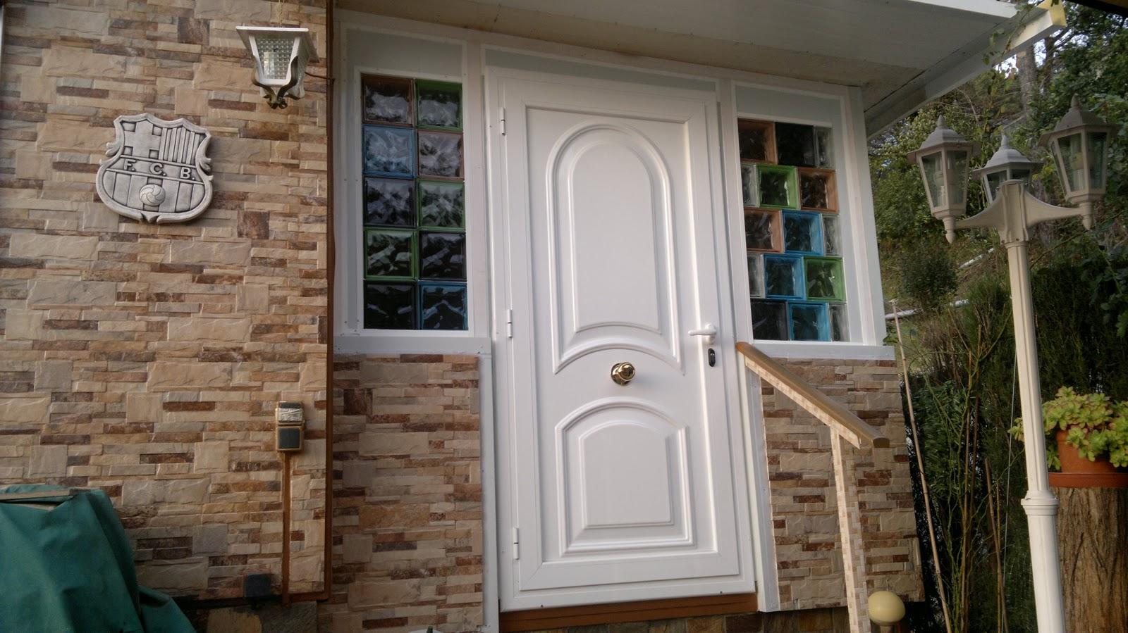 Portes d'entrada  La porta d'accés a la vivenda és clau per a la seguretat, aïllament i l'estètica de l'entorn de la llar. Per aconseguir una porta segura confiem en els panys de 3 punts amb bombins amb claus de de punts que combinats amb les frontises de seguretat creen un tancament de difícil accés per a persones no desitjades. A aquests complements hi podem afegir una planxa d'acer per blindar la fulla de la porta. L'aïllament sonor i tèrmic queda en mans de l'aïllament en porexpan d'alta densitat a l'interior en aquelles fulles cegues, combinat amb les juntes de goma amb interior d'espuma i els talla-aires en la part inferior. Estèticament adaptem la porta al conjunt decoratiu de la llar, podent incorporar diferents materials que detallem a continuació en tres grups. Aquests materials determinaran l'estètica i el manteniment necessari per a una bona conservació de la porta.