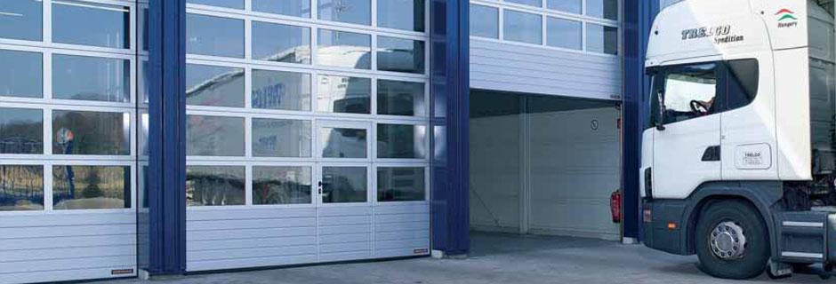 La Porta Industrial que necessiteu la trobareu a Portamatic Andorra., disposem d'una amplia gama de portes industrials de tipus seccionals, d'obertura ràpida, reixes, plegables, cortines de tira, portes batents entre d'altres. Totes elles amb la màxima qualitat i garantia.